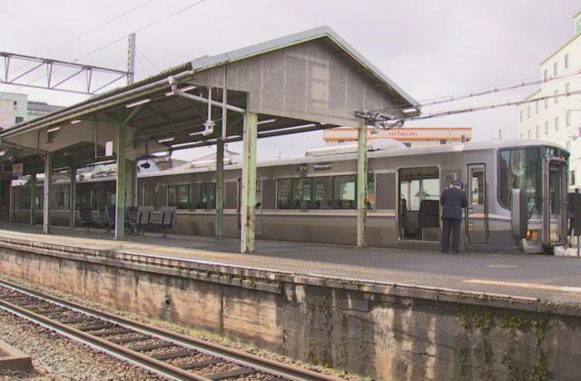ベビーカーが線路に転落で男児けが JR西日本