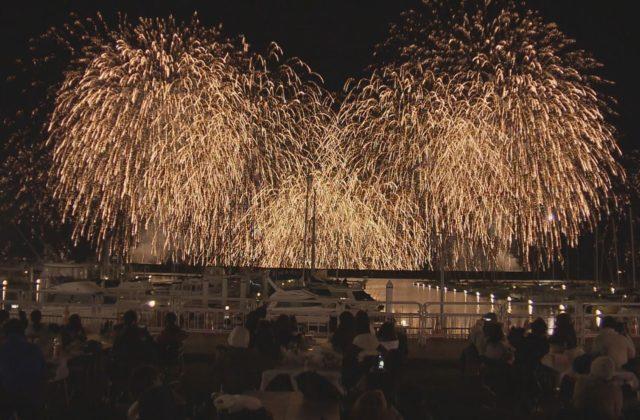 西宮で震災の記憶つなぐ花火大会 1146発の花火が冬空彩る