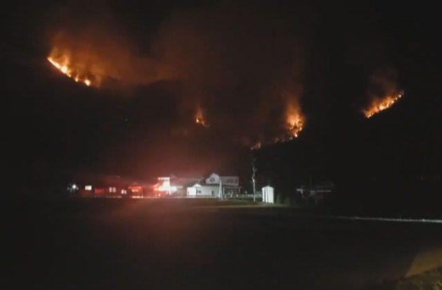 姫路市飾東町で山林火災 通報から1日 今も燃え続ける